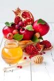 Apple i miód, tradycyjny jedzenie żydowski nowy rok - Rosh Hashana Odbitkowy astronautyczny tło Fotografia Stock