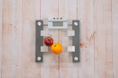 Apple i pomarańcze jesteśmy na ważymy Zdjęcia Royalty Free
