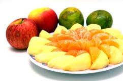 Apple i pomarańcze pokrajać na naczyniu fotografia stock
