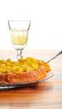Apple i rabarbaru tort na Szklanego talerza lemoniadzie w szkle obraz stock