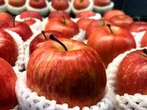 Apple i skum på hylla i supermarket Arkivbilder