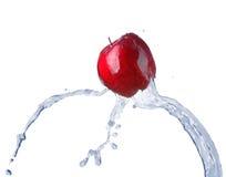 Apple i vattenström Arkivbilder