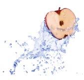 Apple i vattenström Royaltyfri Foto