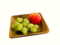 Apple i winogrona na drewnianym talerzu Zdjęcia Stock