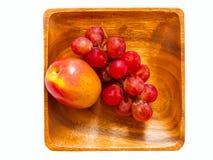 Apple i winogrona w drewnianym pucharze Obrazy Royalty Free