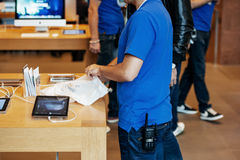 apple illustration imac inc υπάλληλος μεγαλοφυίας που συσκευάζει το νέο iPhone Στοκ Φωτογραφία