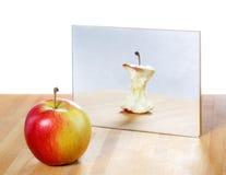 Apple im Spiegelbild Stockfoto