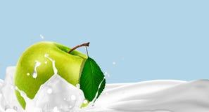 Apple im Spray von Milch Lizenzfreie Stockfotografie