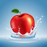 Apple im Wasser spritzen Lizenzfreie Stockfotografie