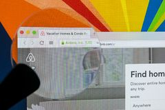 Apple iMac με την αρχική σελίδα Airbnb στην οθόνη οργάνων ελέγχου κάτω από την ενίσχυση - γυαλί Το Airbnb είναι σε απευθείας σύνδ Στοκ Εικόνες