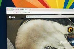 Apple iMac με την αρχική σελίδα Flickr στην οθόνη οργάνων ελέγχου Το Flickr είναι ο τηλεοπτικός ιστοχώρος δικτύων φιλοξενίας Αρχι Στοκ φωτογραφία με δικαίωμα ελεύθερης χρήσης