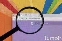 Apple iMac με την αρχική σελίδα Tumblr στην οθόνη οργάνων ελέγχου κάτω από την ενίσχυση - γυαλί Αρχική σελίδα Tumblr COM Το Tumbl Στοκ εικόνα με δικαίωμα ελεύθερης χρήσης
