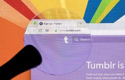 Apple iMac με την αρχική σελίδα Tumblr στην οθόνη οργάνων ελέγχου κάτω από την ενίσχυση - γυαλί Αρχική σελίδα Tumblr COM στον υπο Στοκ Φωτογραφίες