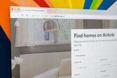 Apple iMac com o homepage de Airbnb na tela de monitor Airbnb é serviço de oferecimento do mercado em linha para alugar o alojame Fotos de Stock