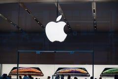 Apple immagazzina con il logo fotografia stock libera da diritti