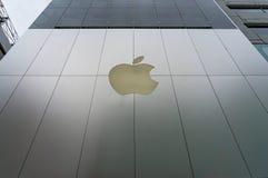 Apple immagazzina la facciata con il logo in via di Ginza, Tokyo, Giappone Immagine Stock Libera da Diritti