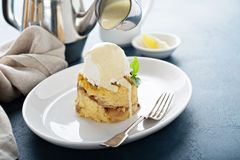 Apple impana il budino con gelato alla vaniglia fotografia stock