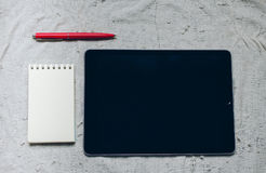 Apple iPad, μάνδρα και σημειωματάριο στο καρό Στοκ εικόνες με δικαίωμα ελεύθερης χρήσης