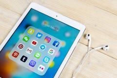 Apple iPad με τα εικονίδια των κοινωνικών μέσων facebook, instagram, πειραχτήρι, snapchat εφαρμογή στην οθόνη Κοινωνικά εικονίδια Στοκ φωτογραφία με δικαίωμα ελεύθερης χρήσης