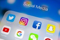 Apple iPad με τα εικονίδια των κοινωνικών μέσων facebook, instagram, πειραχτήρι, snapchat εφαρμογή στην οθόνη Κοινωνικά εικονίδια Στοκ Φωτογραφίες