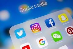 Apple iPad με τα εικονίδια των κοινωνικών μέσων facebook, instagram, πειραχτήρι, snapchat εφαρμογή στην οθόνη Κοινωνικά εικονίδια Στοκ εικόνα με δικαίωμα ελεύθερης χρήσης