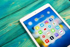 Apple iPad με τα εικονίδια των κοινωνικών μέσων facebook, instagram, πειραχτήρι, snapchat εφαρμογή στην οθόνη Κοινωνικά εικονίδια Στοκ Εικόνες