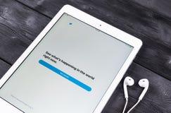 Apple iPad υπέρ και ακουστικά στην ξύλινη αρχική σελίδα εφαρμογής επιτραπέζιων ανοίγοντας πειραχτηριών Το πειραχτήρι είναι σε απε Στοκ φωτογραφίες με δικαίωμα ελεύθερης χρήσης