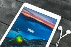 Apple iPad υπέρ με την αρχική σελίδα Flickr στην οθόνη οργάνων ελέγχου Το Flickr είναι ο τηλεοπτικός ιστοχώρος δικτύων φιλοξενίας Στοκ φωτογραφία με δικαίωμα ελεύθερης χρήσης