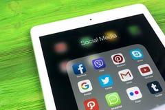 Apple iPad υπέρ στον ξύλινο πίνακα με τα εικονίδια των κοινωνικών μέσων facebook, instagram, πειραχτήρι, snapchat εφαρμογή στην ο Στοκ Εικόνα