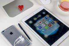 Apple iPad υπέρ στον πίνακα γραφείων με τα εικονίδια των κοινωνικών μέσων facebook, instagram, πειραχτήρι, snapchat εφαρμογή στην Στοκ Εικόνα