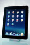 Apple iPad auf einem Dock Stockbilder