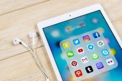 Apple iPad med symboler av social massmediafacebook, instagram, kvittrande, snapchatapplikation på skärmen Sociala massmediasymbo Fotografering för Bildbyråer