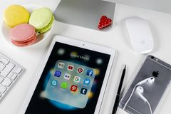 Apple-iPad Pro auf Bürotisch mit Ikonen von Social Media facebook, instagram, Gezwitscher, snapchat Anwendung auf Schirm tablette Stockbilder