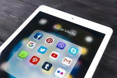 Apple-iPad Pro auf Holztisch mit Ikonen von Social Media facebook, instagram, Gezwitscher, snapchat Anwendung auf Schirm tablette Lizenzfreie Stockfotos