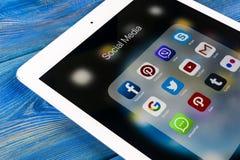 Apple-iPad Pro auf Holztisch mit Ikonen von Social Media facebook, instagram, Gezwitscher, snapchat Anwendung auf Schirm tablette Stockfotografie