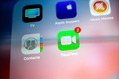 Apple iPad Pro met andere toepassingen app en FaceTim stock afbeelding