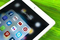 Apple iPad Pro op houten lijst met pictogrammen van sociale media facebook, instagram, tjilpen, snapchat toepassing op het scherm Royalty-vrije Stock Foto's