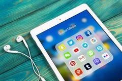 Apple iPad som är pro- med symboler av social massmediafacebook, instagram, kvittrande, snapchatapplikation på skärmen Sociala ma Arkivfoton