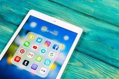 Apple iPad som är pro- med symboler av social massmediafacebook, instagram, kvittrande, snapchatapplikation på skärmen Sociala ma Arkivbild