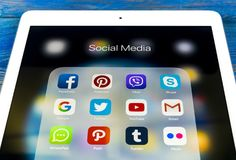 Apple iPad som är pro- på trätabellen med symboler av social massmediafacebook, instagram, kvittrande, snapchatapplikation på skä Royaltyfria Foton