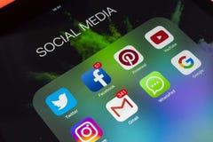 Apple iPad som är pro- på trätabellen med symboler av social massmediafacebook, instagram, kvittrande, snapchatapplikation på skä Arkivbild