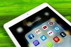Apple iPad som är pro- på trätabellen med symboler av social massmediafacebook, instagram, kvittrande, snapchatapplikation på skä Arkivbilder