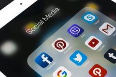 Apple iPad som är pro- på trätabellen med symboler av social massmediafacebook, instagram, kvittrande, snapchatapplikation på skä Royaltyfria Bilder