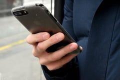 APPLE IPHONE ANVÄNDARE I KÖPENHAMNEN DANMARK royaltyfria foton
