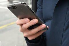 APPLE IPHONE ANVÄNDARE I KÖPENHAMNEN DANMARK fotografering för bildbyråer