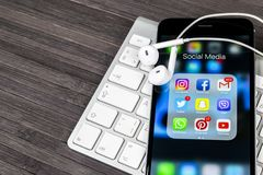 Apple-iPhone 7 auf Holztisch mit Ikonen von Social Media facebook, instagram, Gezwitscher, snapchat Anwendung auf Schirm Smartpho Stockfoto