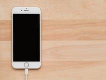 Apple iPhone6, das mit Blitz USB-Kabel auflädt Stockbild