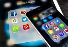 Apple-iPhone 7 en iPad pro met pictogrammen van sociale media facebook, instagram, tjilpen, snapchat toepassing op het scherm Sma Stock Foto's