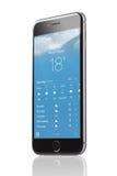 Apple iPhone 6 med applikation av väderprognosen Royaltyfria Bilder