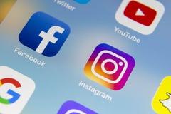 Apple iPhone 7 med symboler av social massmediafacebook, instagram, kvittrande, snapchatapplikation på skärmen Smartphone startan Fotografering för Bildbyråer